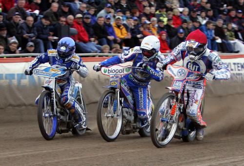 Tät kamp mellan tre giganter  under säsongen 2007. Rune Holta, Tomas Gollob och Jason Crump